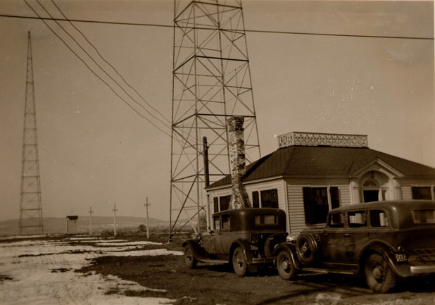 WDRC's Bloomfield transmitter building and antennas in winter